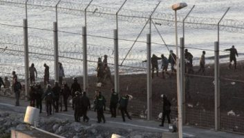 Vidéo. Des centaines de migrants tentent de pénétrer à Sebta