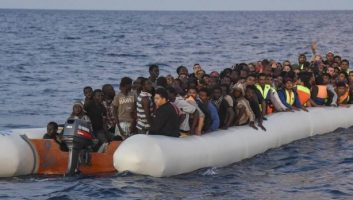 Un bébé tout juste né secouru parmi des migrants au large des Canaries